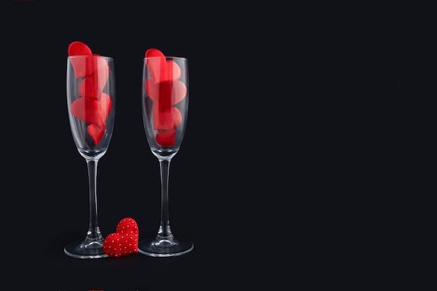 Duas taças de champanhe com corações vermelhos para casal. feliz jantar de dia dos namorados.