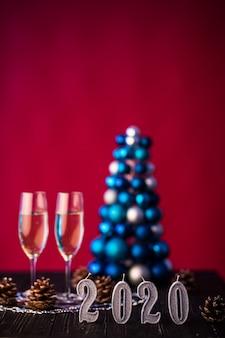 Duas taças de champanhe com decoração de ano novo 2020. conceito de celebração de ano novo.