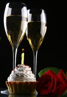 Duas taças de champanhe e rosa