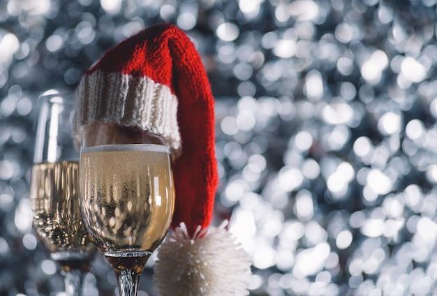 Duas taças de champanhe em um fundo prateado. copyspace de natal e ano novo