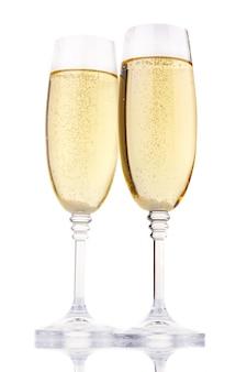 Duas taças de champanhe isolado no branco