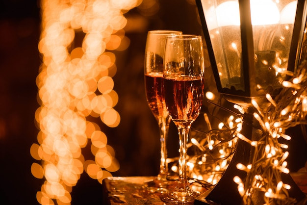 Duas taças de champanhe sobre manchas de borrão luzes desfocadas