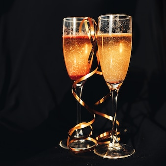 Duas taças de champanhe.