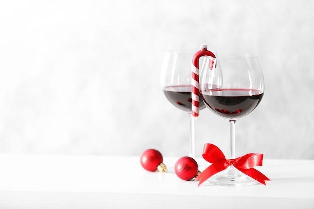 Duas taças de vinho com acessórios de natal