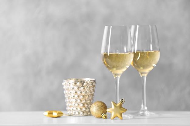 Duas taças de vinho com brinquedos de natal
