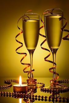 Duas taças de vinho com champanhe