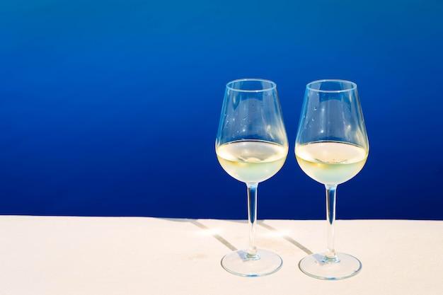 Duas taças de vinho com o mar de aegaen ao fundo, tonificado
