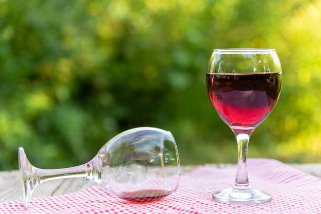 Duas taças de vinho tinto