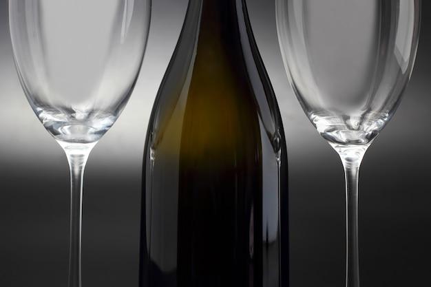 Duas taças de vinho vazias e um close-up de garrafa