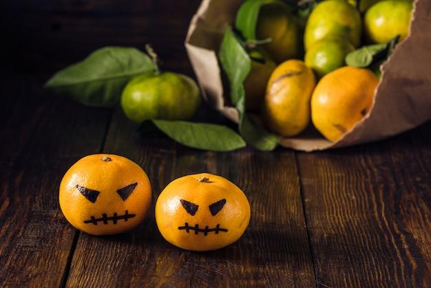 Duas tangerinas assustadoras para o halloween