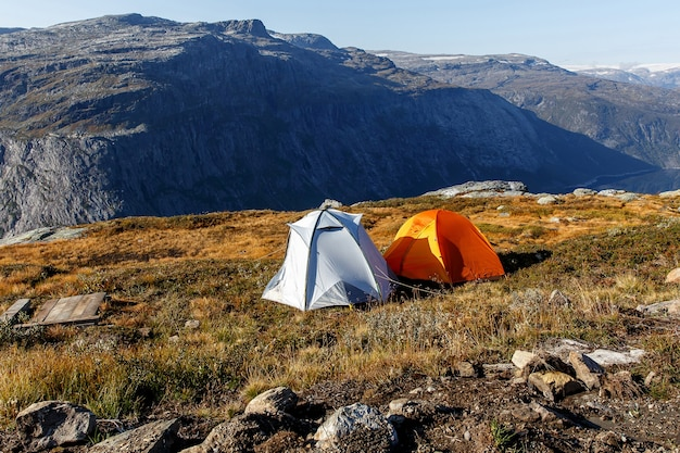 Duas tendas nas montanhas norueguesas.