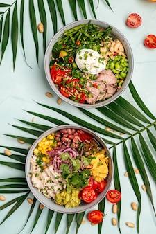 Duas tigelas de misturas havaianas saudáveis de picadinho com frango e carne