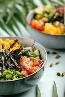 Duas tigelas de picadinho saudável havaiano com atum e salmão