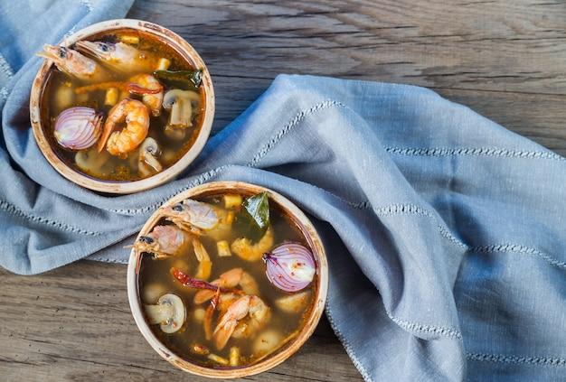 Duas tigelas de sopa tailandesa de tom yum