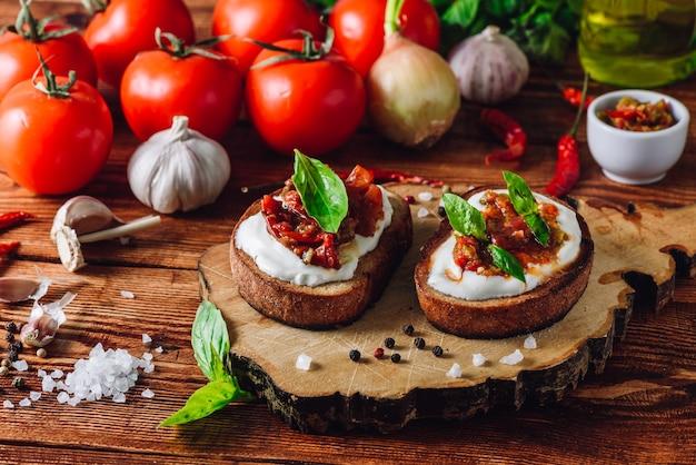 Duas torradas com tomate seco e molho picante com pimenta vermelha
