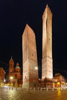 Duas torres em asinelli e garisenda, o símbolo de bolonha à noite na itália