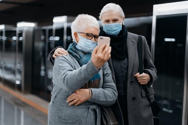 Duas turistas femininas conversando em um link de vídeo no metrô