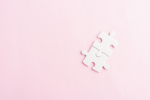 Duas últimas peças do jogo de quebra-cabeça branco simples de papel para resolver