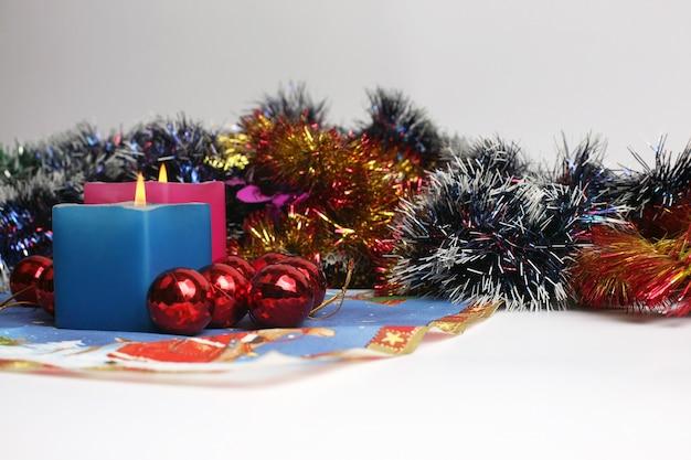 Duas velas acesas com decoração de ano novo