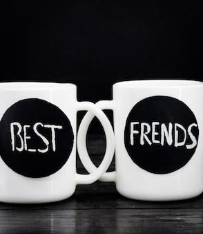 Duas xícaras brancas com a inscrição