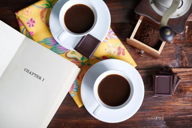 Duas xícaras de café e livro