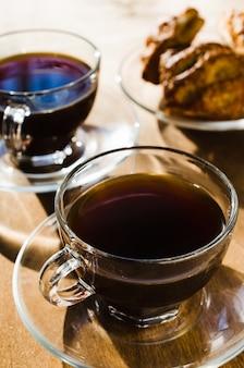 Duas xícaras de café e tortas. bom dia conceito.
