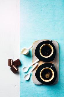 Duas xícaras de café expresso com bolo de chocolate