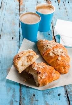 Duas xícaras de café expresso e croissants
