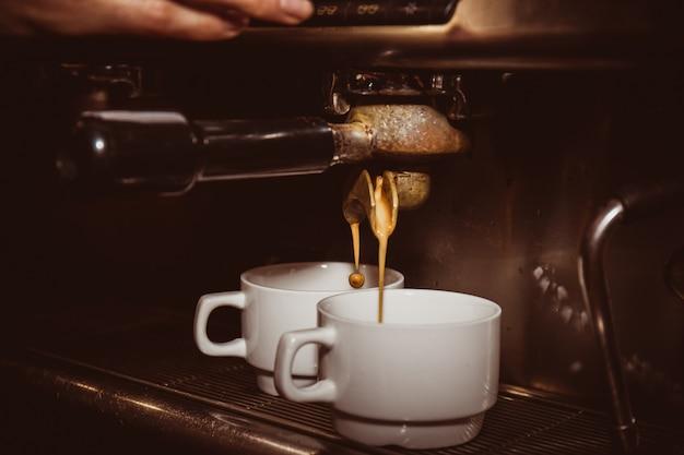 Duas xícaras de café expresso em um café