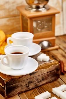 Duas xícaras de café expresso perto de cubo de açúcar