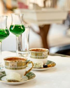 Duas xícaras de café turco servido com doces