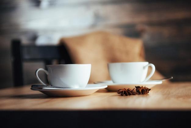 Duas xícaras de cappuccino de casa de café gourmet