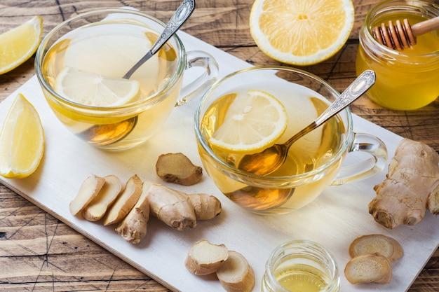 Duas xícaras de chá de ervas natural, gengibre, limão e mel