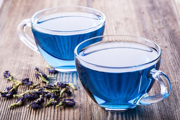 Duas xícaras de chá de ervilha borboleta