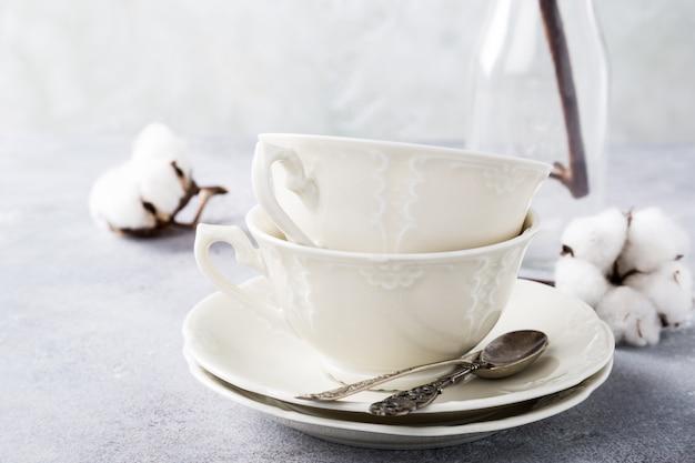 Duas xícaras de chá de porcelana retrô