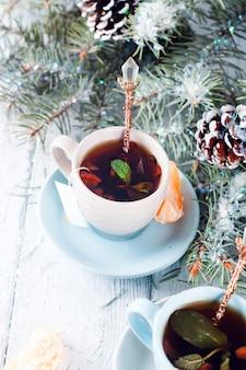 Duas xícaras de chá e fatias mandarim xmas árvore
