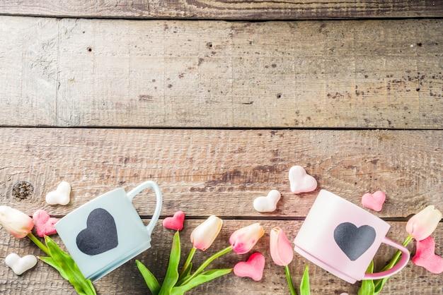 Duas xícaras de chá fofo com corações de lousa