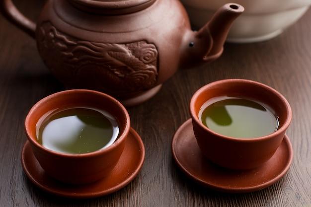 Duas xícaras de chá matcha em um restaurante