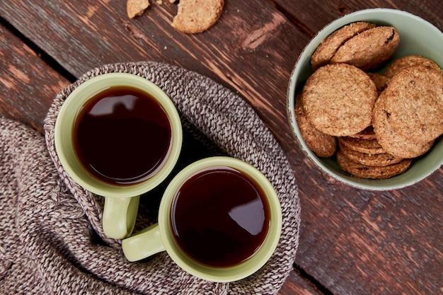 Duas xícaras de chá quente, folhas de outono
