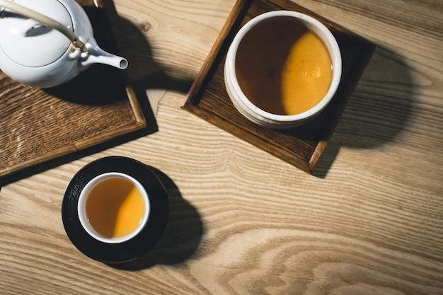 Duas xícaras de chá verde acabado de fazer