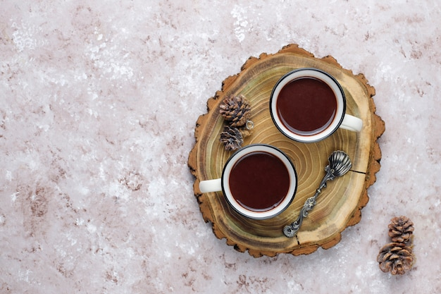 Duas xícaras de chocolate quente com marshmallow na mesa