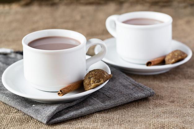 Duas xícaras de chocolate quente na serapilheira