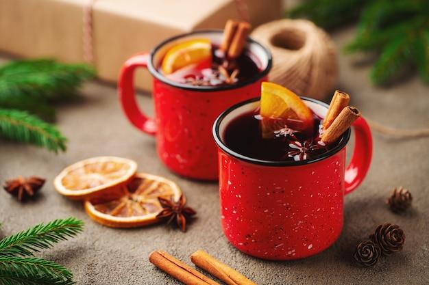 Duas xícaras de natal mulled vinho ou gluhwein.