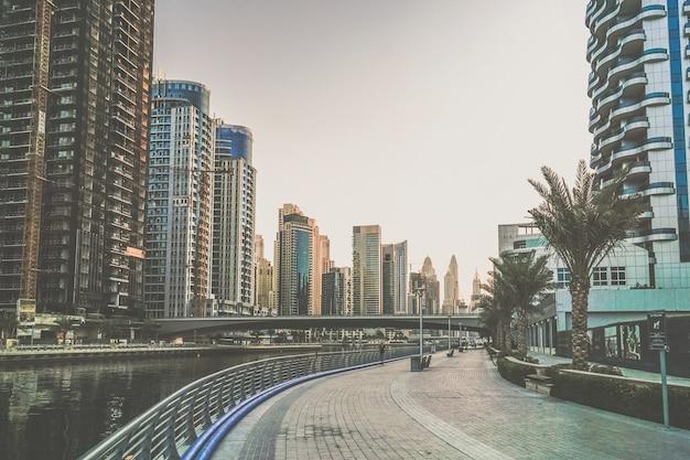 Dubai. à beira-mar da marina de dubai no início da manhã.