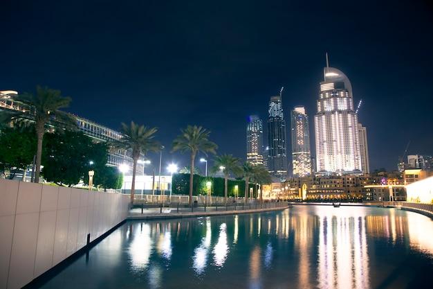 Dubai no centro à noite com luzes da cidade