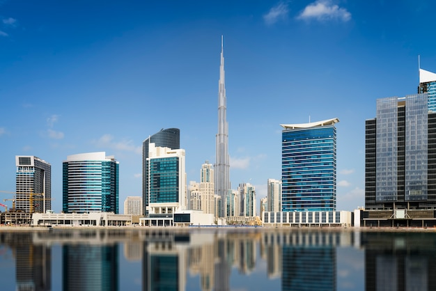 Dubai no centro da cidade com o horizonte
