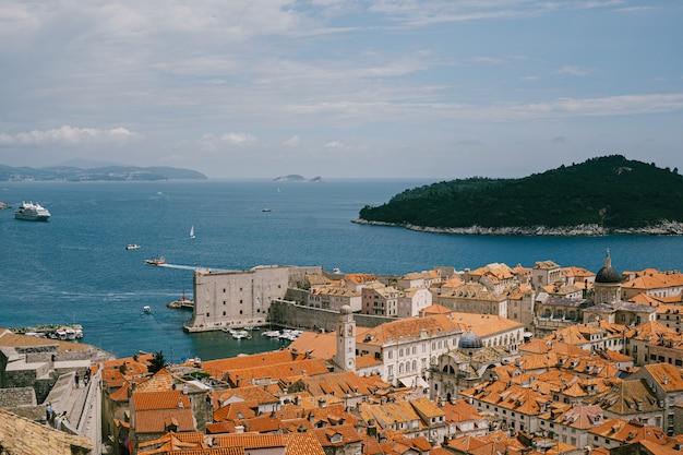 Dubrovnik, croácia, pode ser telhados da velha cidade de dubrovnik, a torre do sino do mosteiro dominicano,