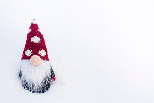 Duende de ano novo em um fundo nevado.