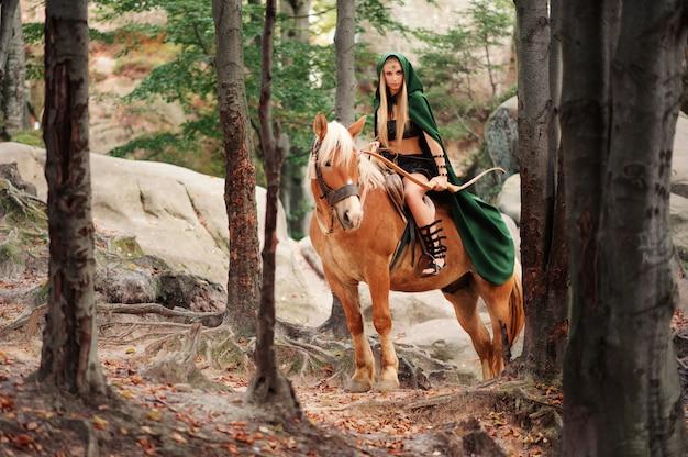 Duende feminino na floresta com seu cavalo