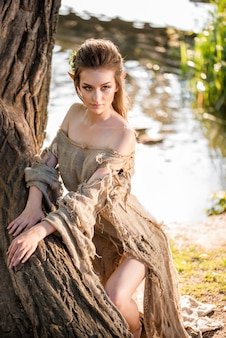 Duende. garota linda. jovem fantasia em madeiras